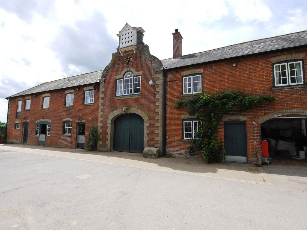 3 Bedrooms Flat for rent in The Clock Flat, Overbury Hall, Lower Layham, Ipswich, Suffolk, IP7 5RP