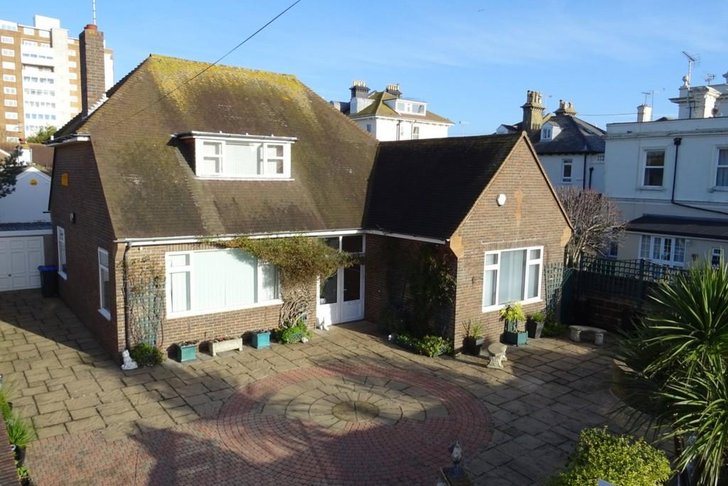 3 Bedrooms Detached Bungalow for sale in Bath Road, Worthing, BN11 3NU