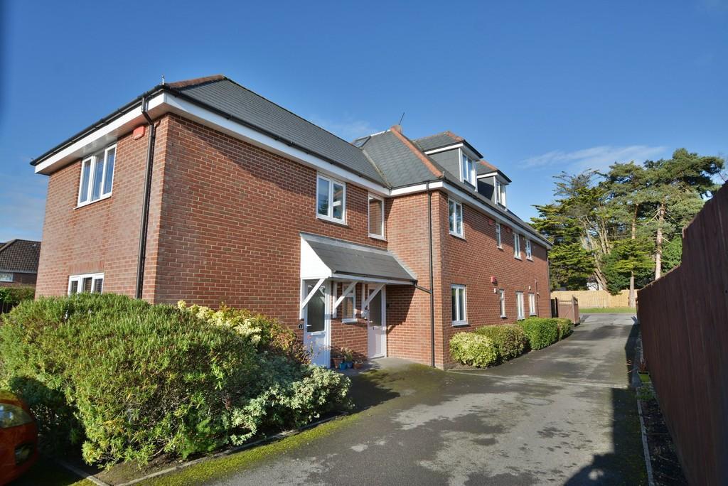2 Bedrooms Apartment Flat for sale in Wimborne Road East, Ferndown