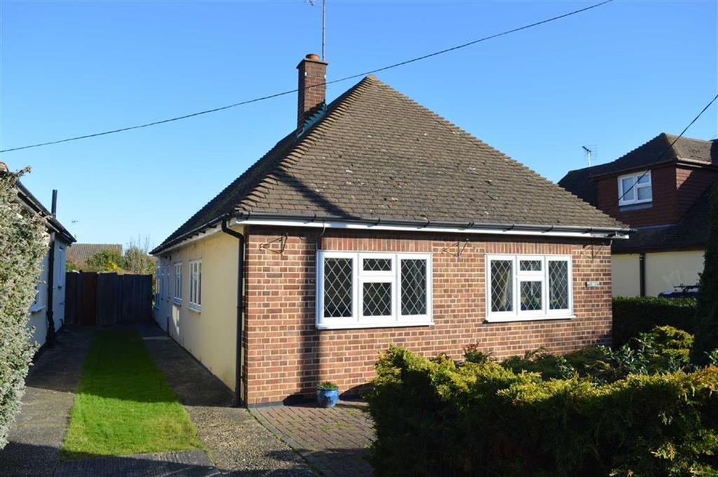 2 Bedrooms Detached Bungalow for sale in Harewood Ave, Rochford, Essex
