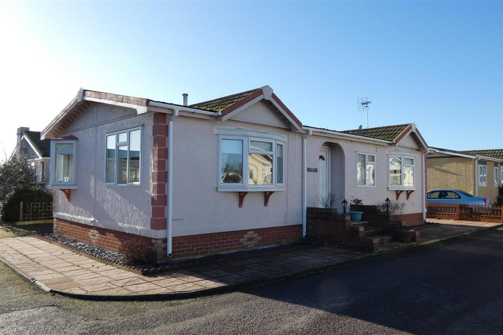 2 Bedrooms Park Home Mobile Home for sale in Rozel Court, Beck Row