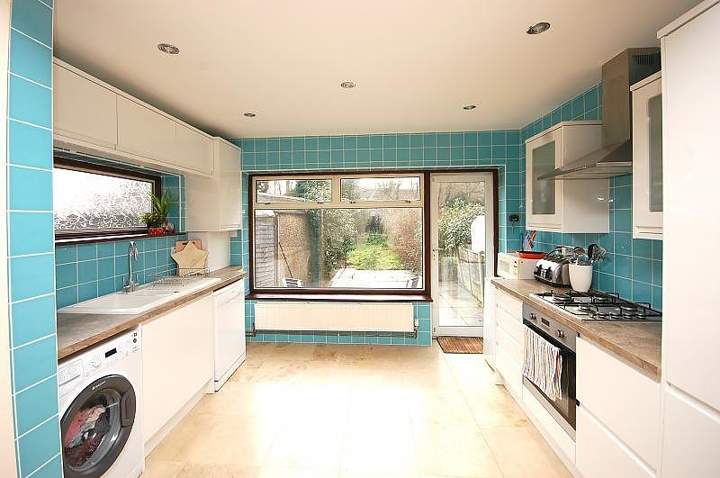 3 Bedrooms Semi Detached House for rent in Woodland Avenue, Hutton, Brentwood, Essex, CM13