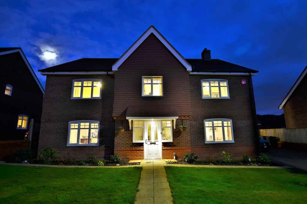 5 Bedrooms Detached House for sale in Clanfield, Waterlooville