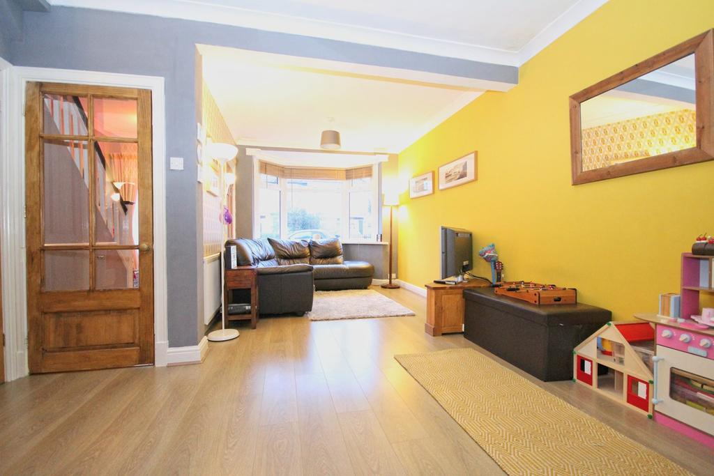 3 Bedrooms Semi Detached House for sale in Southwood Drive, Cottingham, HU16