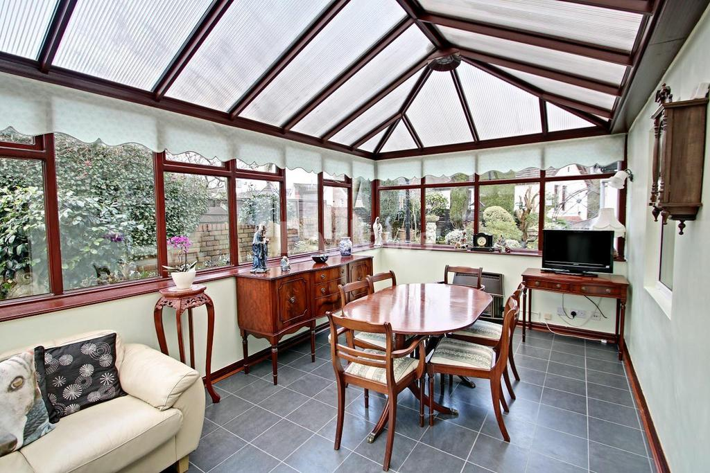 4 Bedrooms Bungalow for sale in Lower Harpers Road, Pontypool