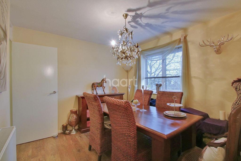 2 Bedrooms Maisonette Flat for sale in Little Garth, Basildon