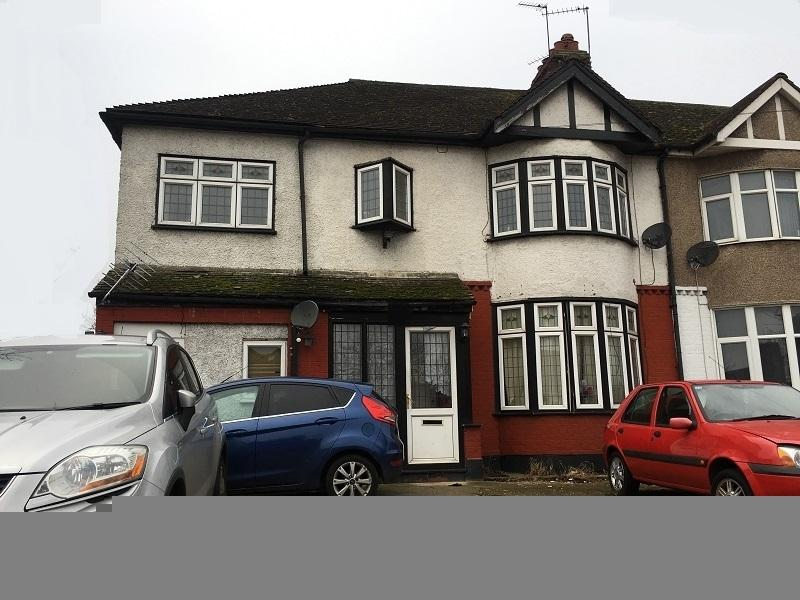 5 Bedrooms Semi Detached House for sale in Straight Road, Romford, Essex. RM3 7JB