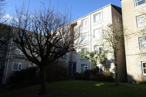 Studio to rent - Montague Hill Court, Montague Hill South