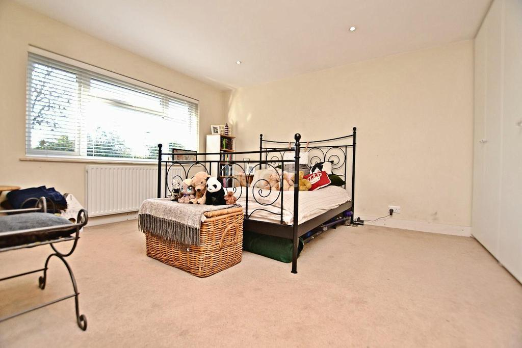 3 Bedrooms Bungalow for sale in Wroxham Gardens, Enfield, EN2
