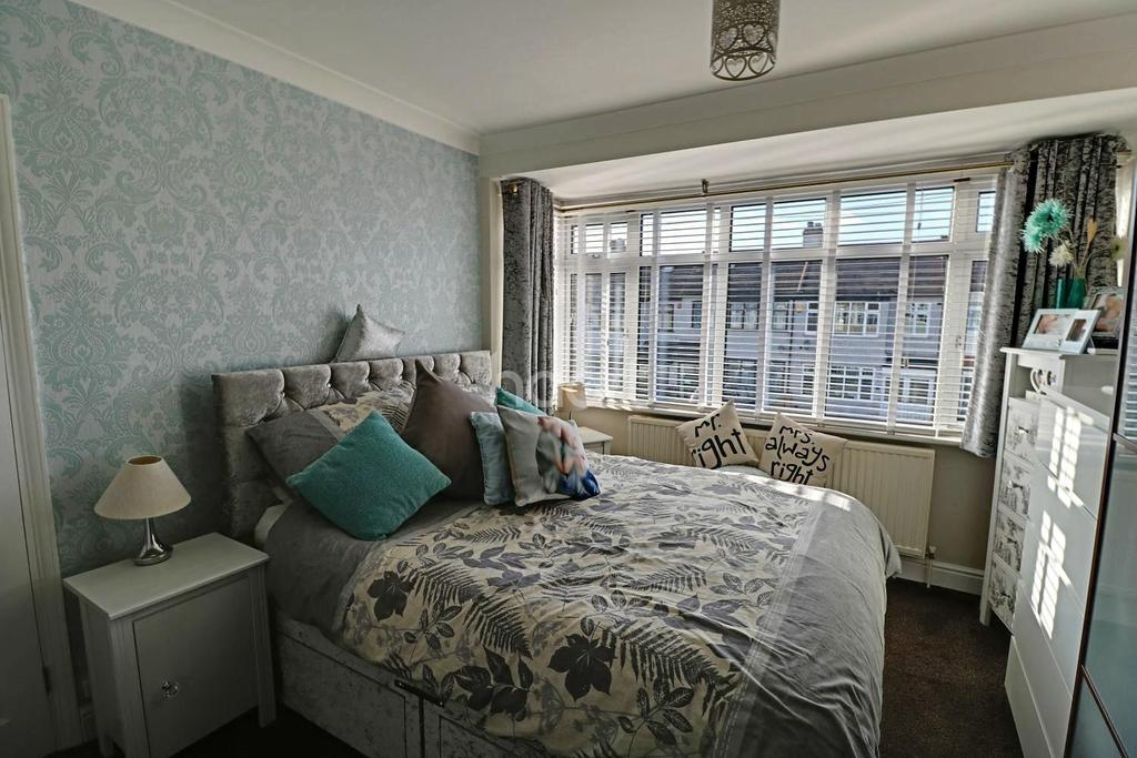 3 Bedrooms Terraced House for sale in Lynton Avenue, Collier Row, Romford