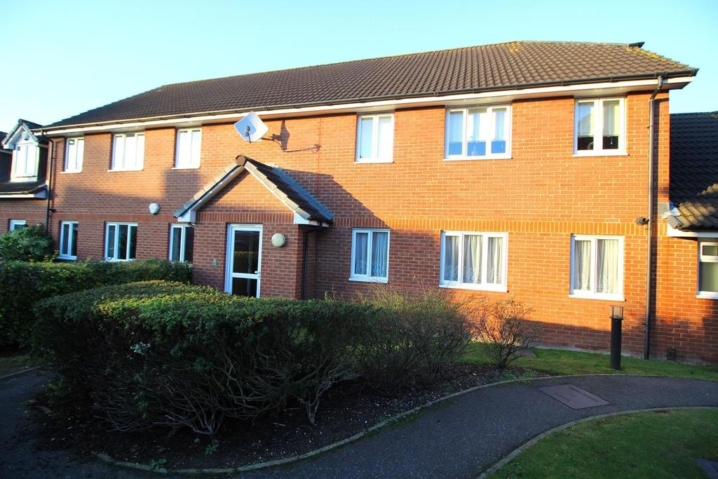 2 Bedrooms Ground Flat for sale in Chiltern Close, Chelmsford, Essex, CM1