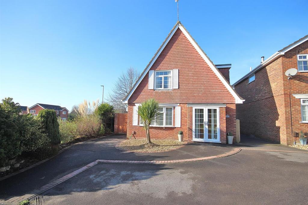 3 Bedrooms Detached House for sale in Hawkchurch Gardens, Poole