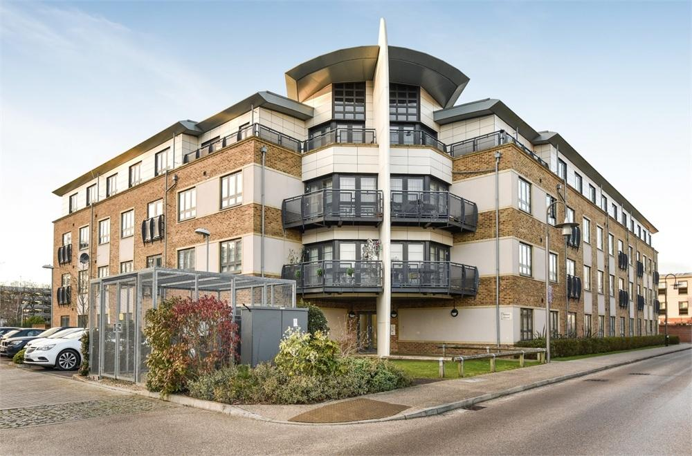 2 Bedrooms Flat for sale in Ashton House, Pond Road, Farnborough, Hampshire
