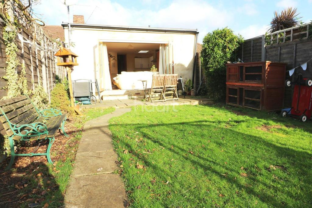 3 Bedrooms Bungalow for sale in Bramley Close, Chertsey