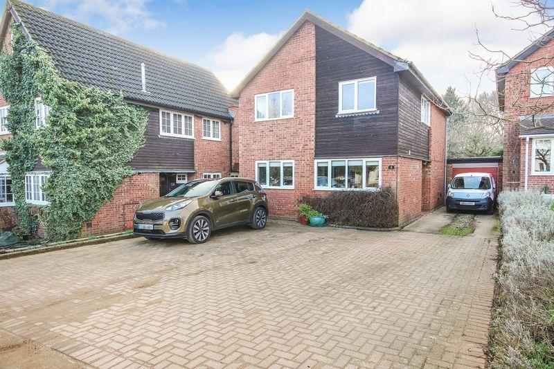 4 Bedrooms Detached House for sale in Meadow Way, Ampthill