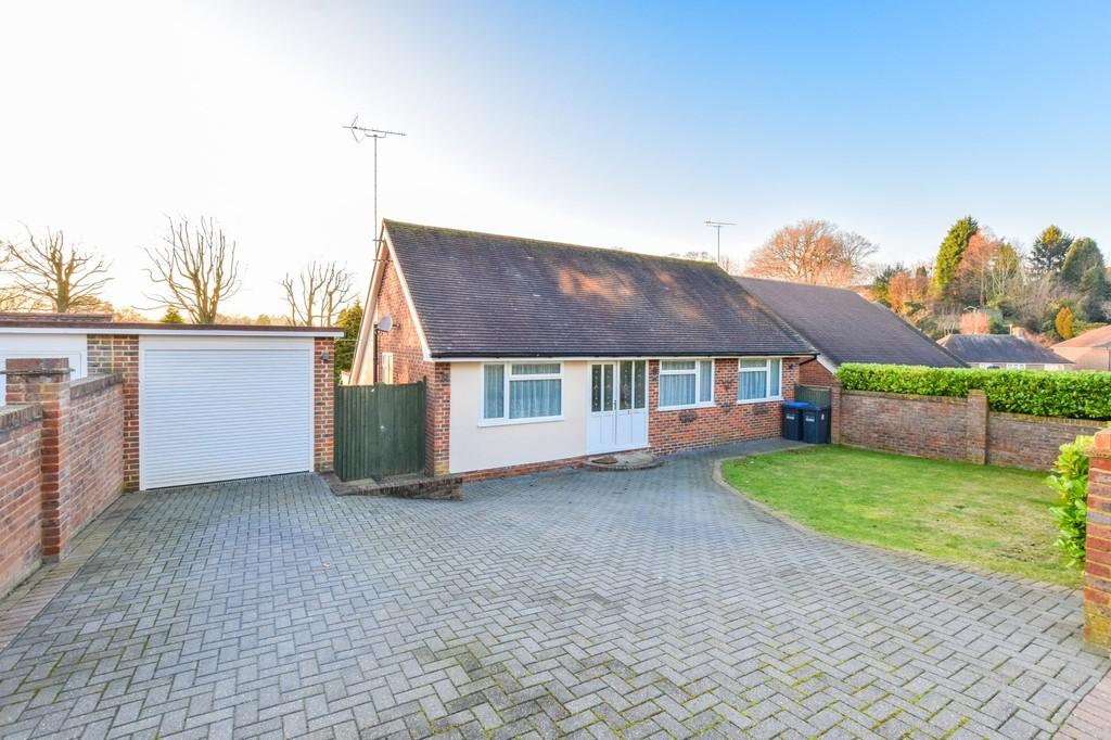 3 Bedrooms Detached Bungalow for sale in Harvest Hill, East Grinstead