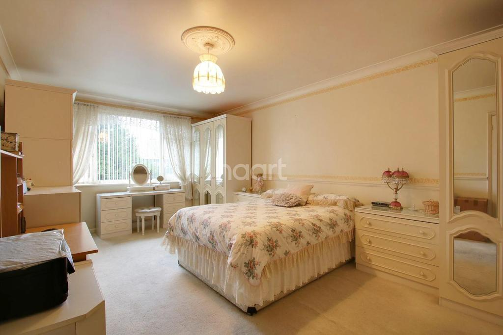 2 Bedrooms Flat for sale in Meadway Court, Dagenham