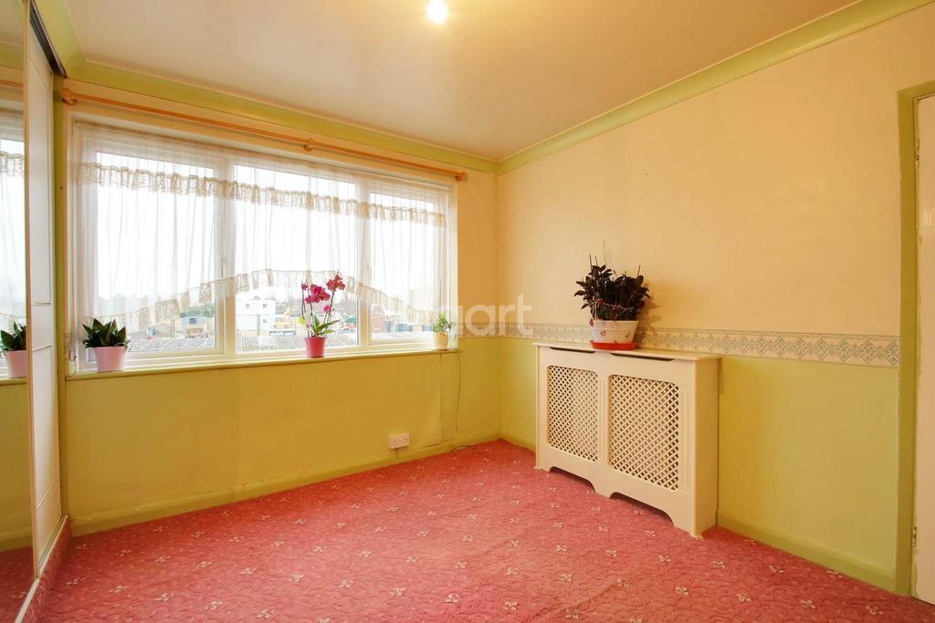 2 Bedrooms Flat for sale in Meadway Court, Dagenham