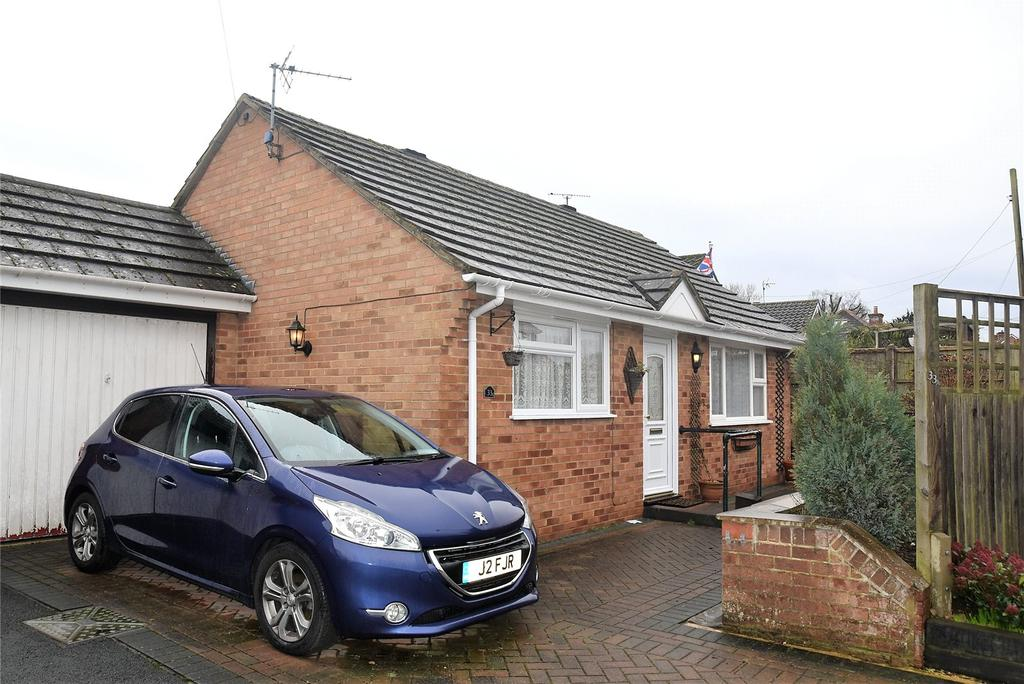 2 Bedrooms Detached Bungalow for sale in Fairlawn Road, Tadley, Hampshire, RG26