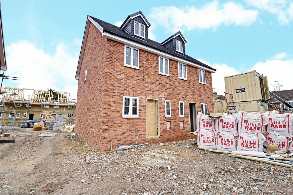 3 Bedrooms Semi Detached House for sale in Snowdrop House, Park Lane, Aveley, RM15