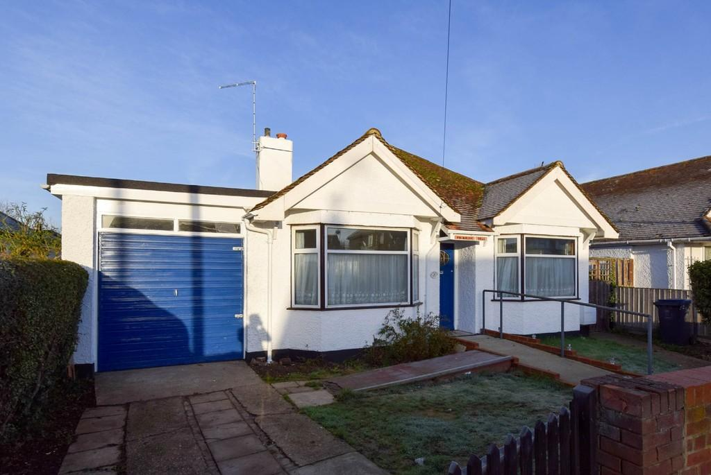 3 Bedrooms Detached Bungalow for sale in Poplar Drive, Greenhill, Herne Bay