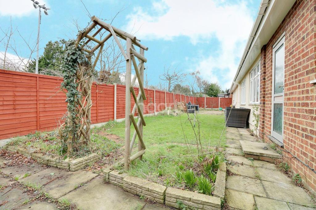 3 Bedrooms Bungalow for sale in Long Green, Chigwell