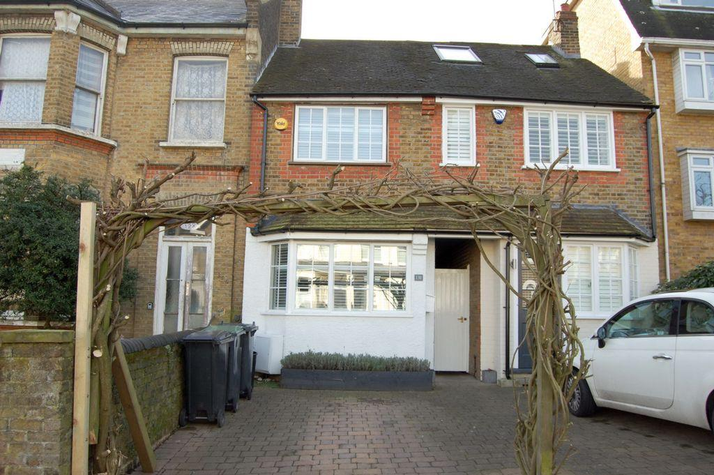 2 Bedrooms Cottage House for sale in Queens Road, Buckhurst Hill, IG9