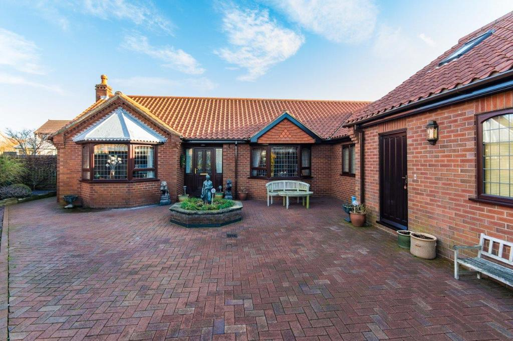 4 Bedrooms Detached Bungalow for sale in High Garth, Yaddlethorpe, Scunthorpe, North Lincolnshire, DN17