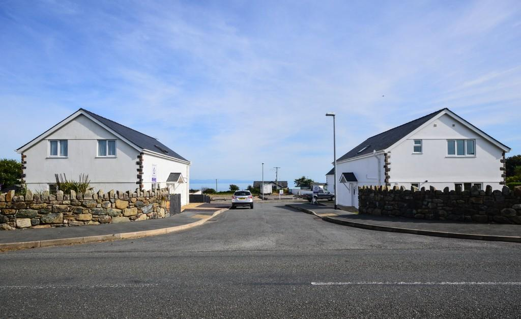 3 Bedrooms Detached House for sale in Brynhedd, Mynytho, North Wales