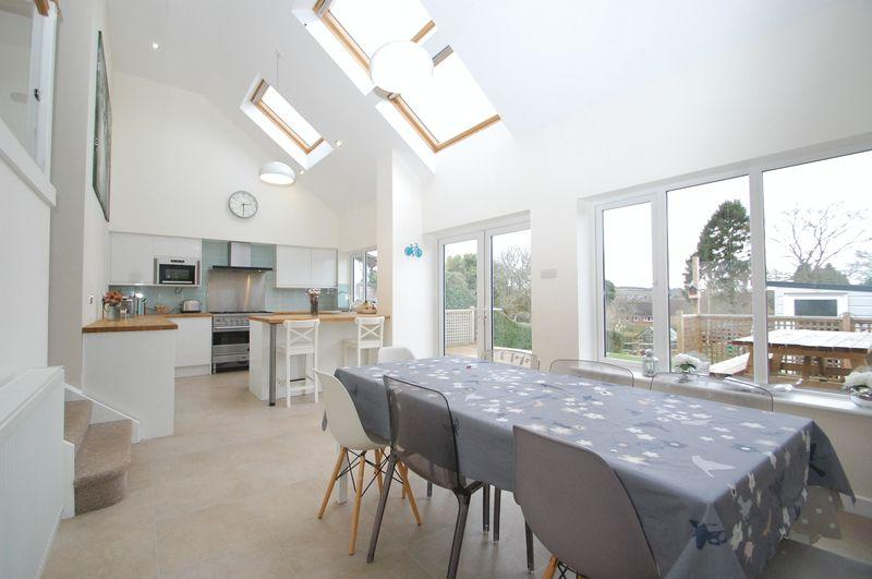 4 Bedrooms Detached House for sale in London Road, Clanfield, Waterlooville