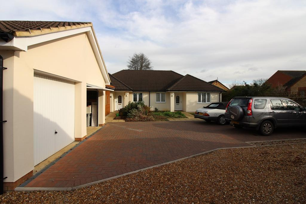 2 Bedrooms Semi Detached Bungalow for sale in Hitchin Road, Shefford, SG17