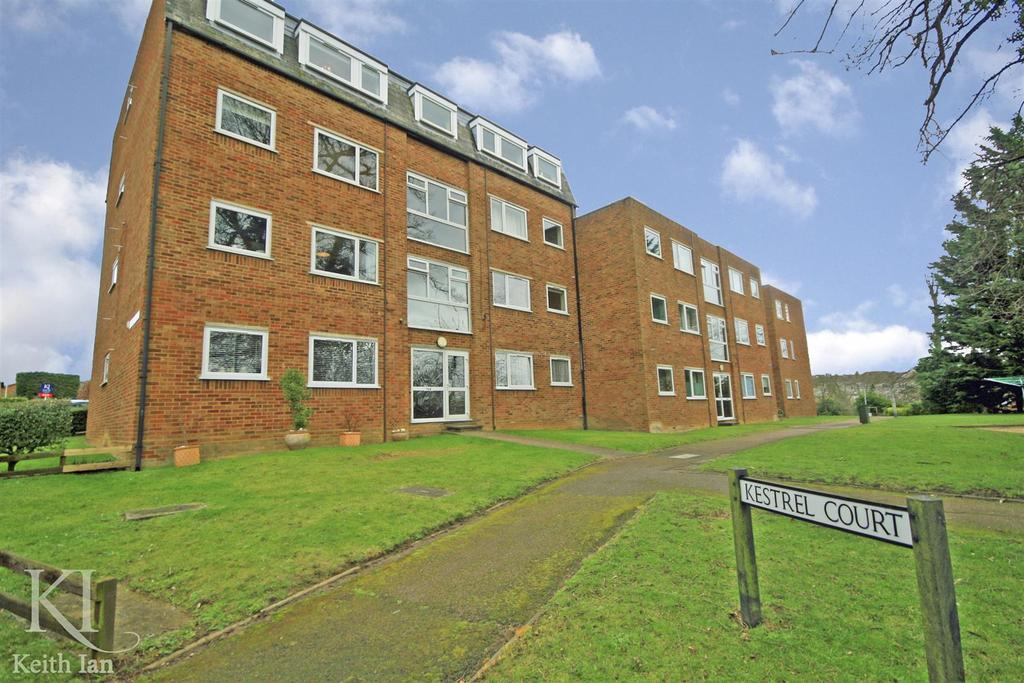 2 Bedrooms Flat for sale in Top floor with extended lease, Kestrel Court, Ware