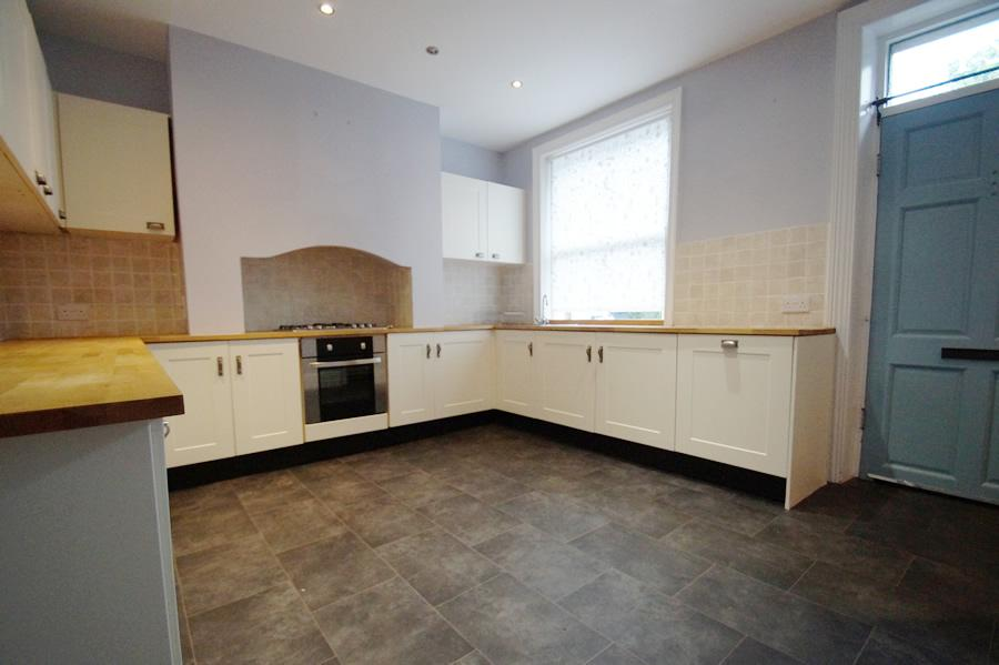 4 Bedrooms Semi Detached House for sale in 121 Huddersfield Road