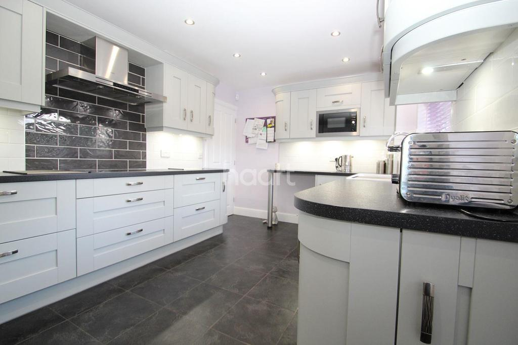 4 Bedrooms Detached House for sale in Pyne Gate, Galleywood, Chelmsford