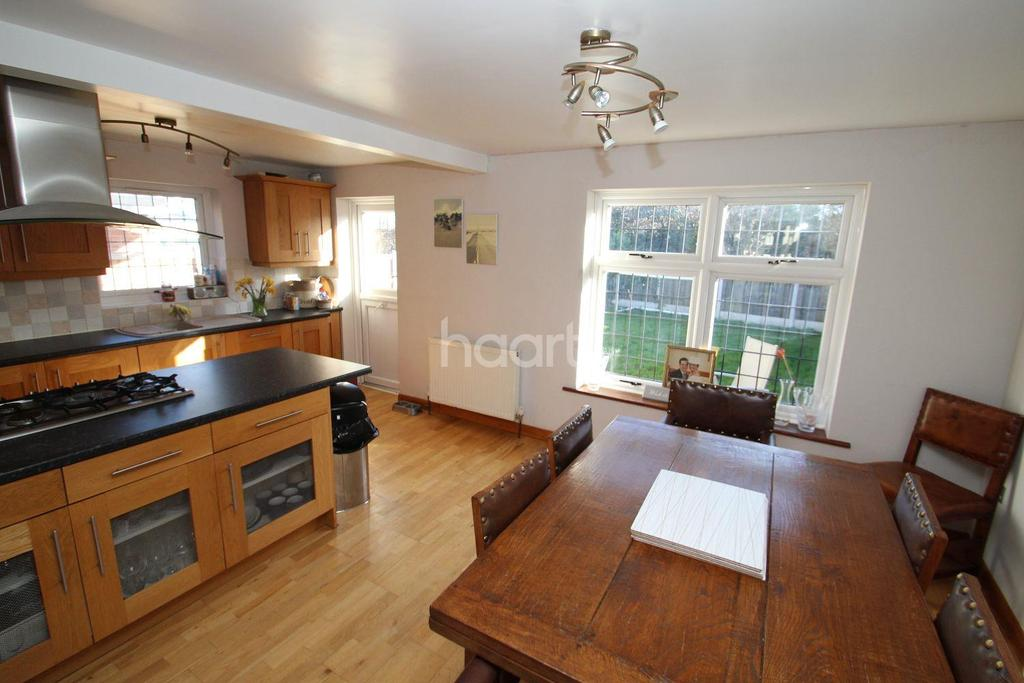 3 Bedrooms Semi Detached House for sale in Campbell Close, Chelmsford