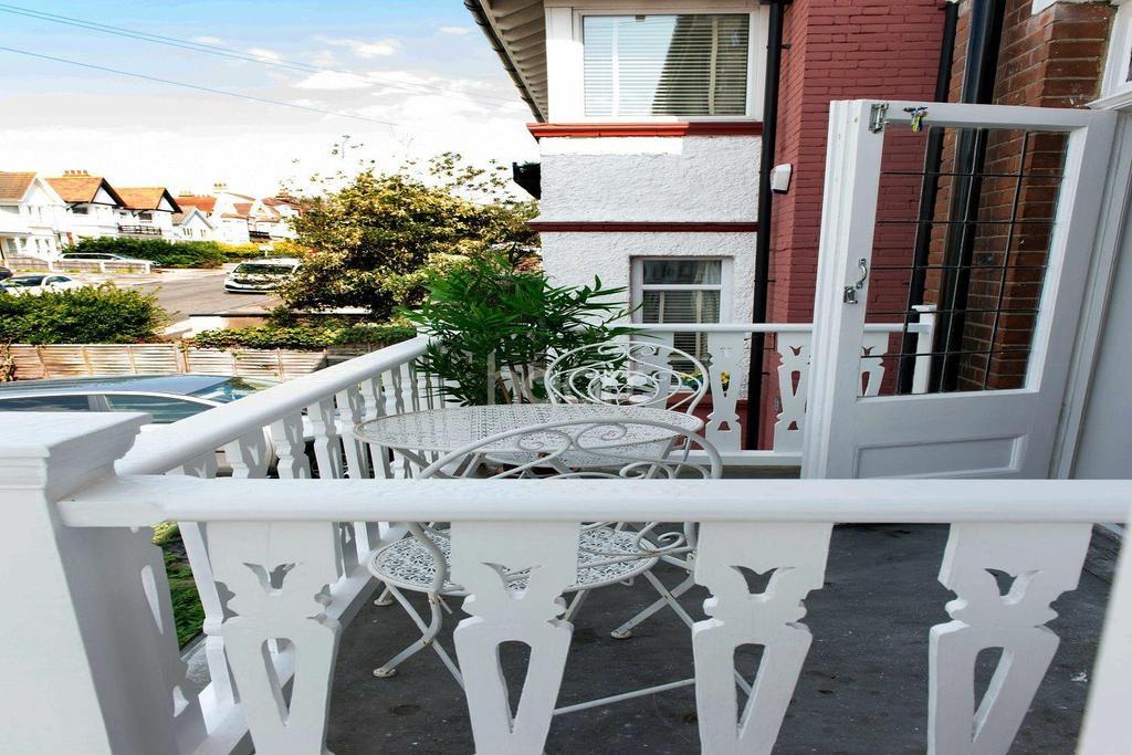 3 Bedrooms Flat for sale in Pembury Road, Westcliff on Sea