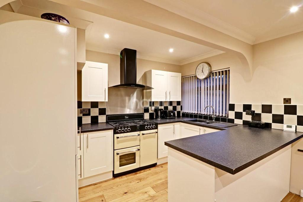 3 Bedrooms Semi Detached House for sale in New Road, Uxbridge