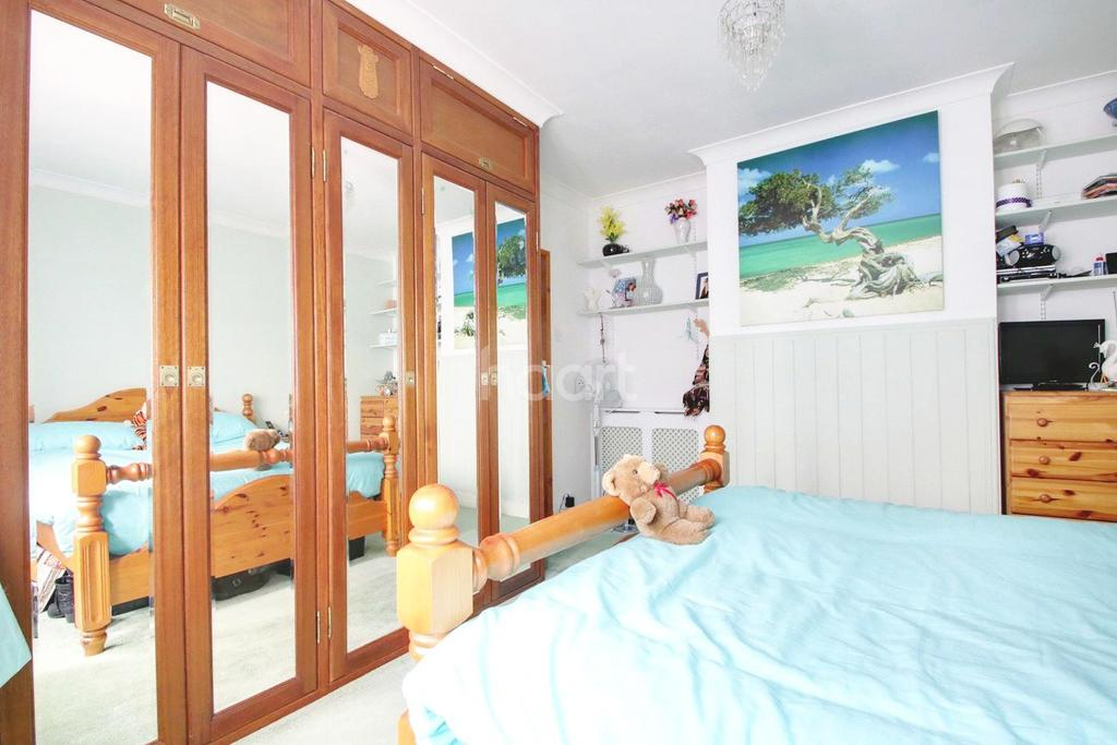 2 Bedrooms Bungalow for sale in Ramsey Drive, Basildon