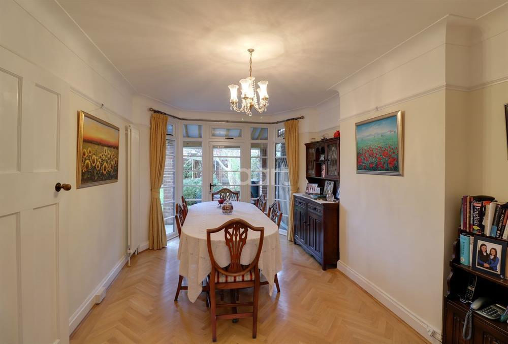 3 Bedrooms Semi Detached House for sale in Fountains Crescent, Southgate, N14