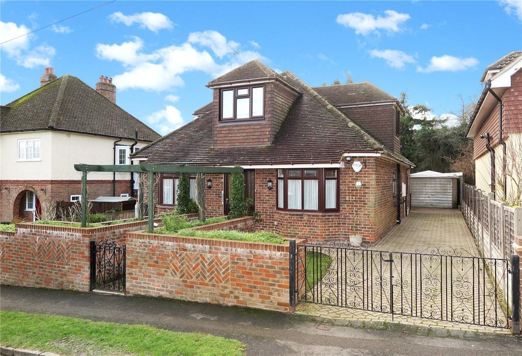 3 Bedrooms Detached Bungalow for sale in Osborn Road, Farnham, GU9