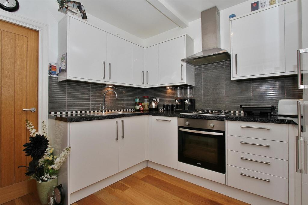 3 Bedrooms Flat for sale in The Broadway