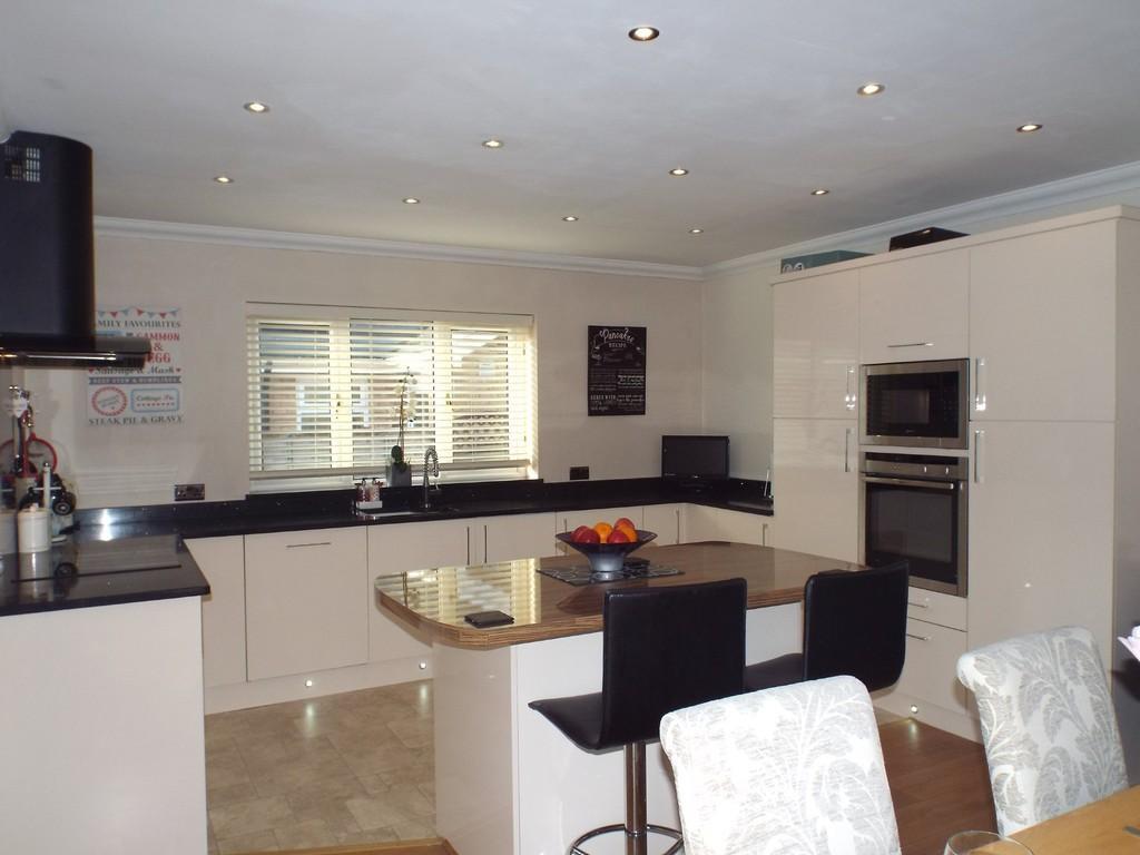 4 Bedrooms Detached Bungalow for sale in Clos Y Dderwen, Cross Hands