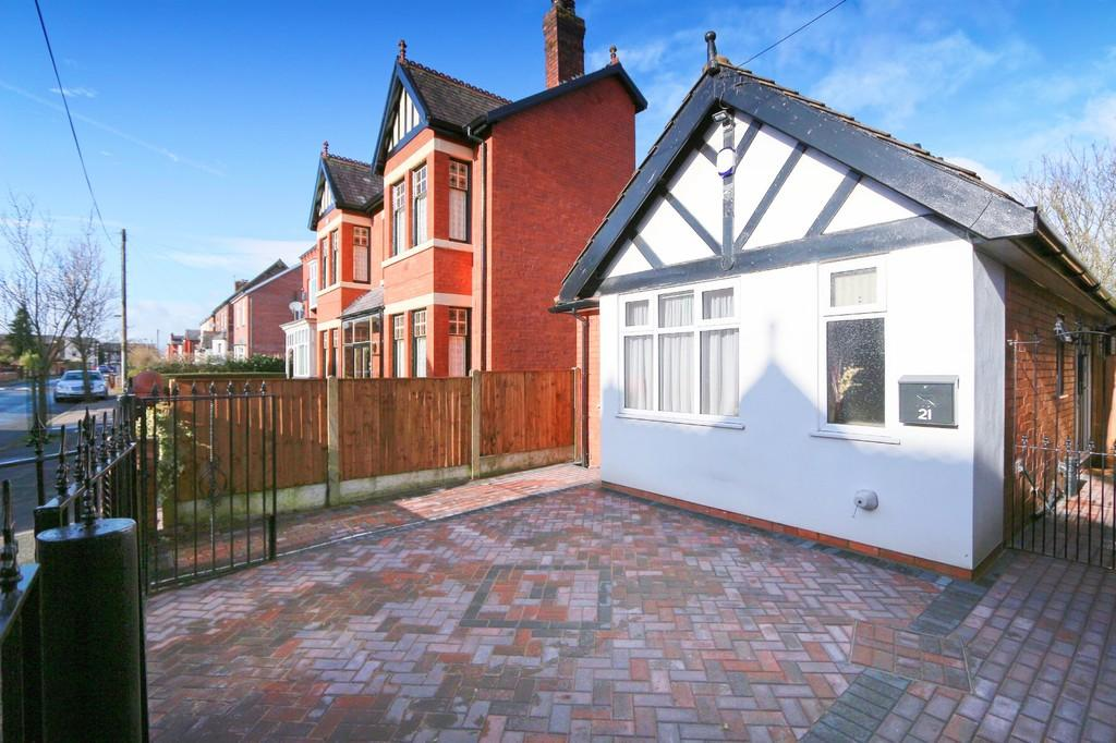 2 Bedrooms Detached Bungalow for sale in 21 Oakbank Avenue, Blackley