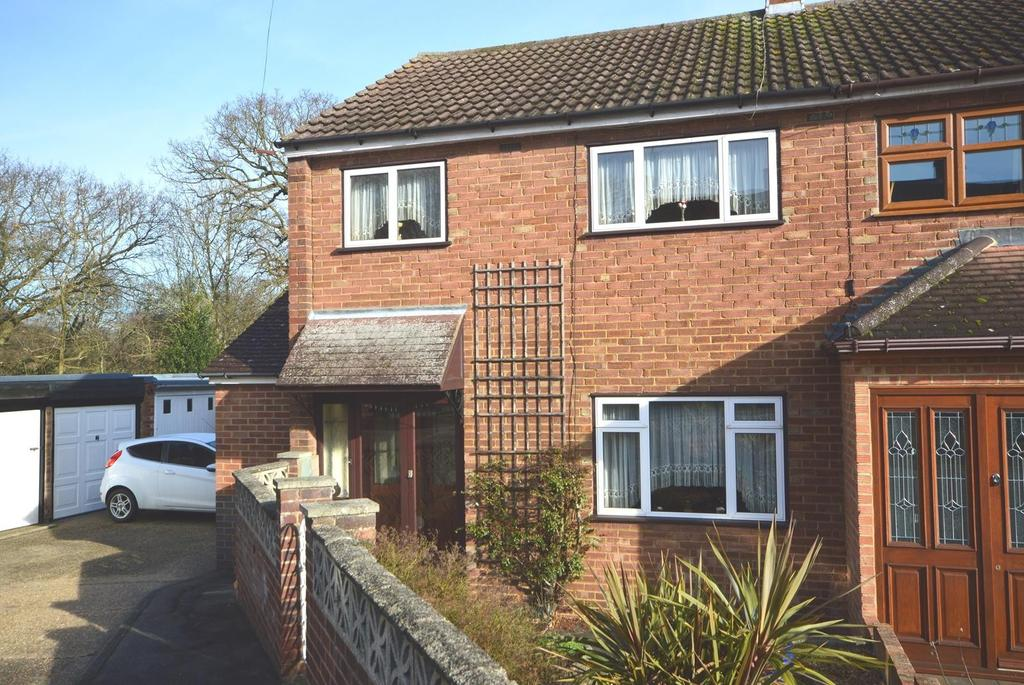 3 Bedrooms End Of Terrace House for sale in Greenbank Close, Noak Hill, Romford, RM3