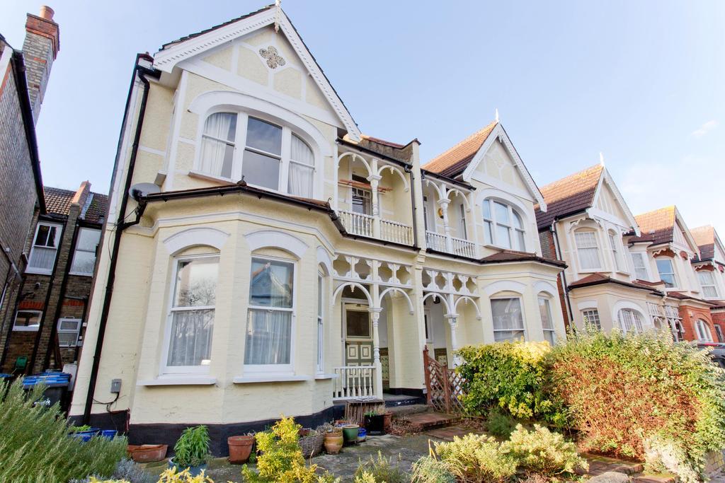 3 Bedrooms Flat for sale in Broomfield Avenue, Palmers Green, London N13