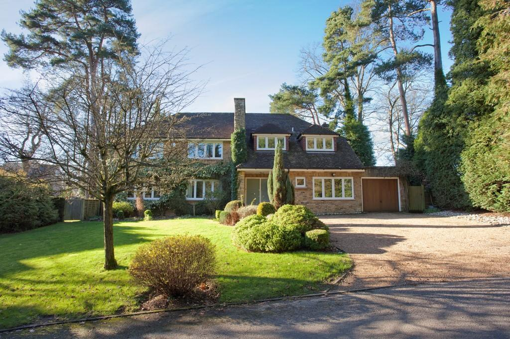 5 Bedrooms Detached House for sale in Cedarways, Farnham