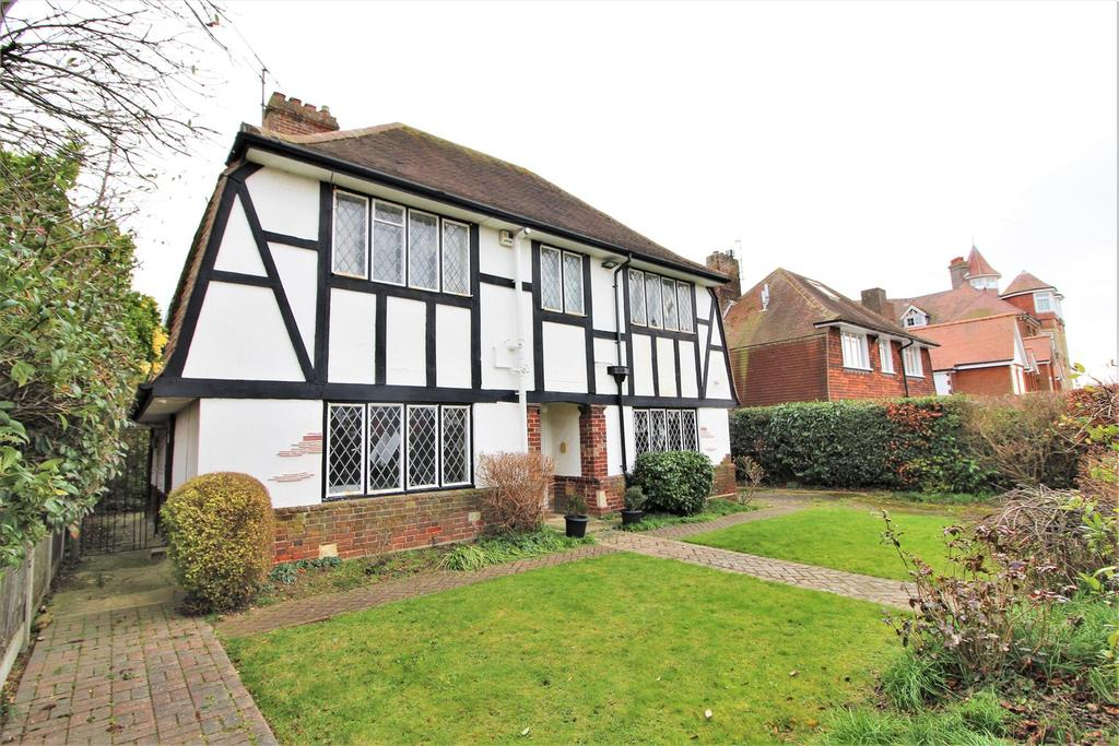3 Bedrooms Detached House for sale in Fourth Avenue, Frinton-On-Sea