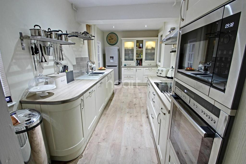 3 Bedrooms Semi Detached House for sale in Hinckley Road, Leicester Forest East, Leicester