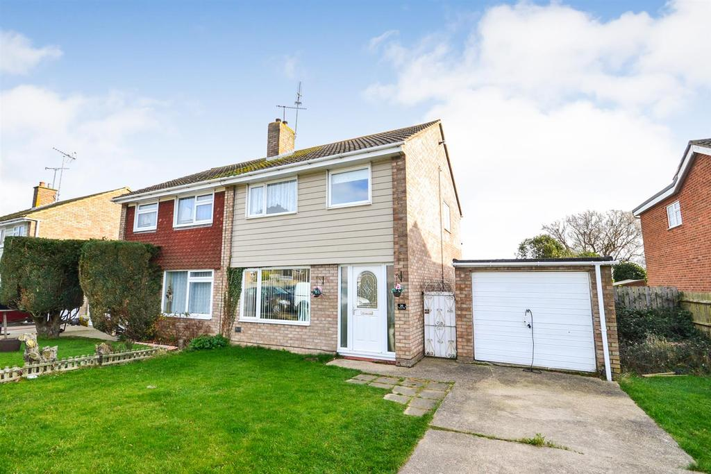3 Bedrooms Semi Detached House for sale in Russet Way, Burnham-on-Crouch