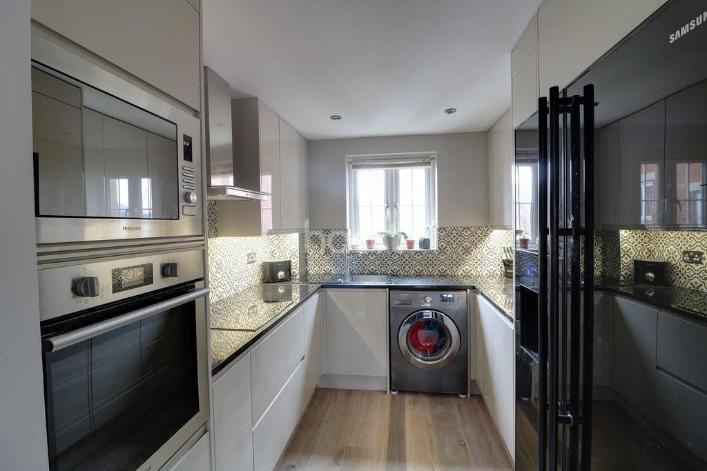 2 Bedrooms Flat for sale in Watling Gardens, Dunstable